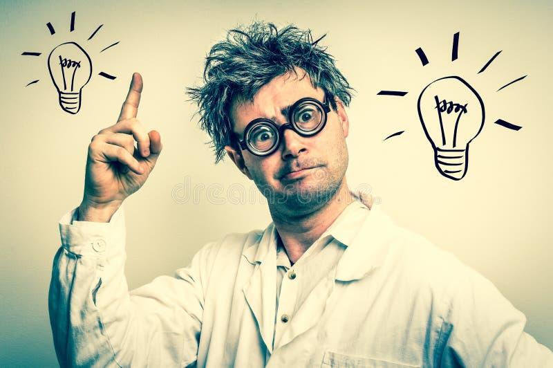 El científico loco consiguió la gran idea con el símbolo del bulbo - styl retro foto de archivo