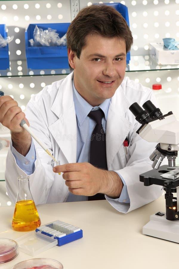 El científico sonriente de la investigación o la otra ocupación foto de archivo libre de regalías