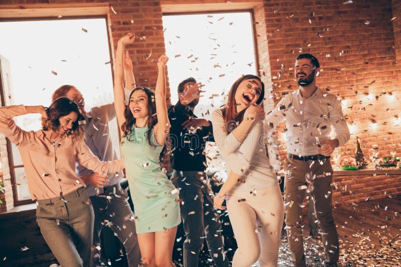 El cierre encima de amigos ruidosos gritadores de la foto que el acontecimiento cuelga cumpleaños borracho hacia fuera de baile c fotografía de archivo libre de regalías