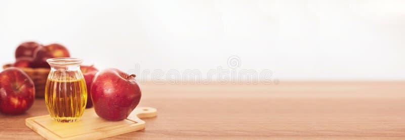 El cierre encima de la fruta y del jugo rojos del vinagre de sidra de manzana, ayudas de Apple pierde el peso y reduce la grasa d fotos de archivo libres de regalías
