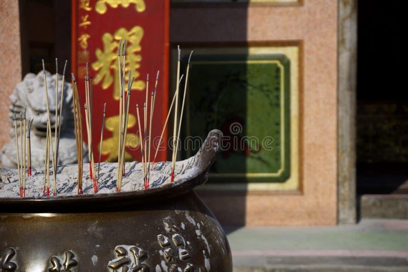 El cierre encima de la hornilla de incienso con los palillos del incienso ruega y muestra respecto a dios como estilo chino con e imagen de archivo
