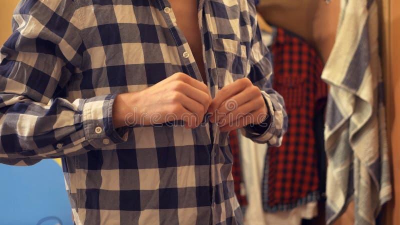 El cierre encima de la visión el hombre viste la camisa a cuadros foto de archivo libre de regalías