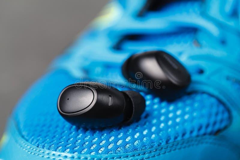 El cierre encima de los auriculares inalámbricos, impermeabiliza para los fitnes fotos de archivo libres de regalías