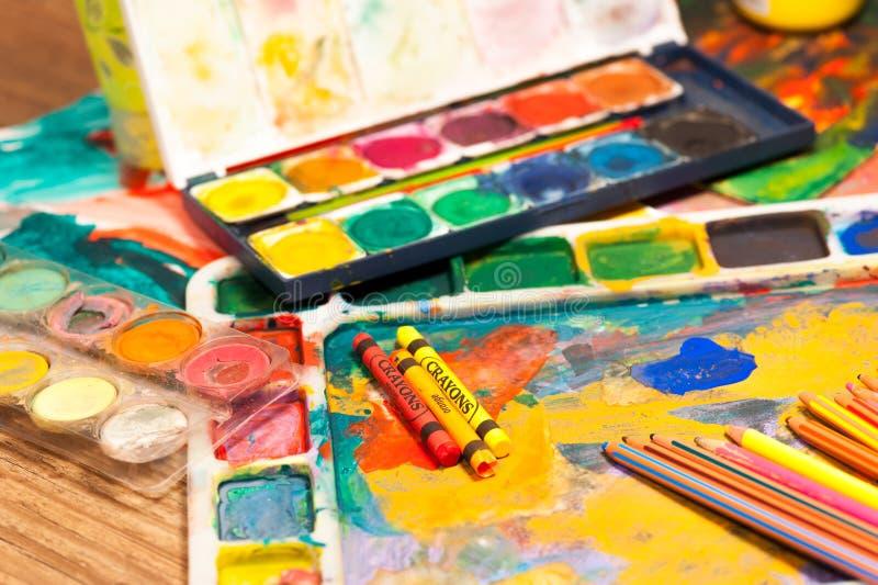 El cierre encima del arte de los lápices suministra las pinturas para pintar y dibujar fotos de archivo