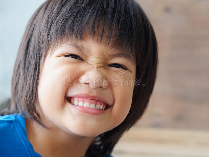 El cierre encima del niño feliz del muchacho está sonriendo disfrutando de vida imagen de archivo