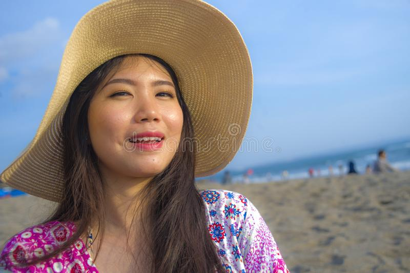 El cierre encima del retrato de la forma de vida de la mujer turística china asiática hermosa y feliz joven en la sonrisa del som fotos de archivo libres de regalías