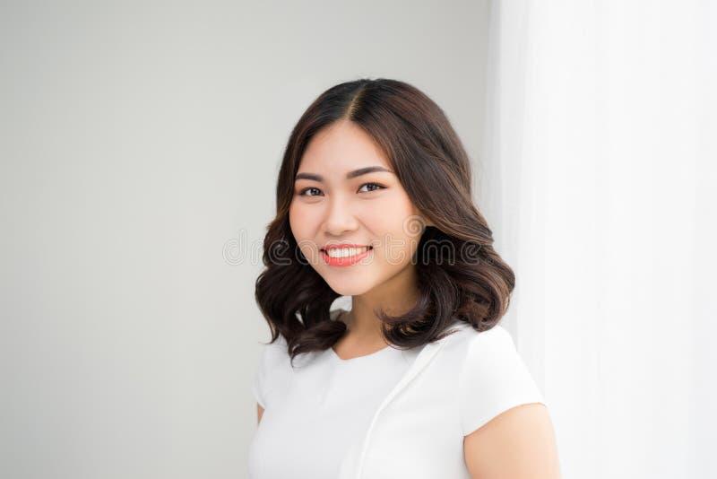 El cierre encima del retrato de una sonrisa profesional de la mujer de negocios aventaja fotos de archivo libres de regalías