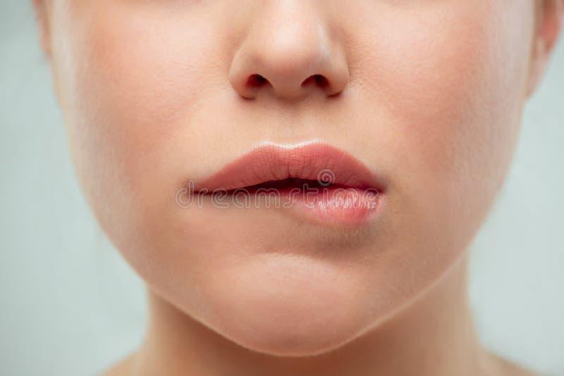 El cierre encima del tiro de los labios de la mujer fotografía de archivo