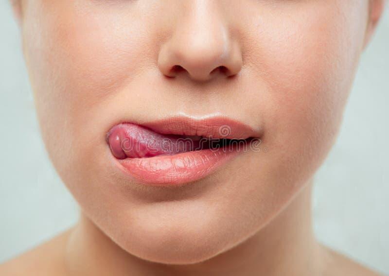 El cierre encima del tiro de los labios de la mujer imagen de archivo