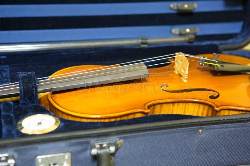El cierre encima del tiro del violín en bolso azul del terciopelo imagenes de archivo