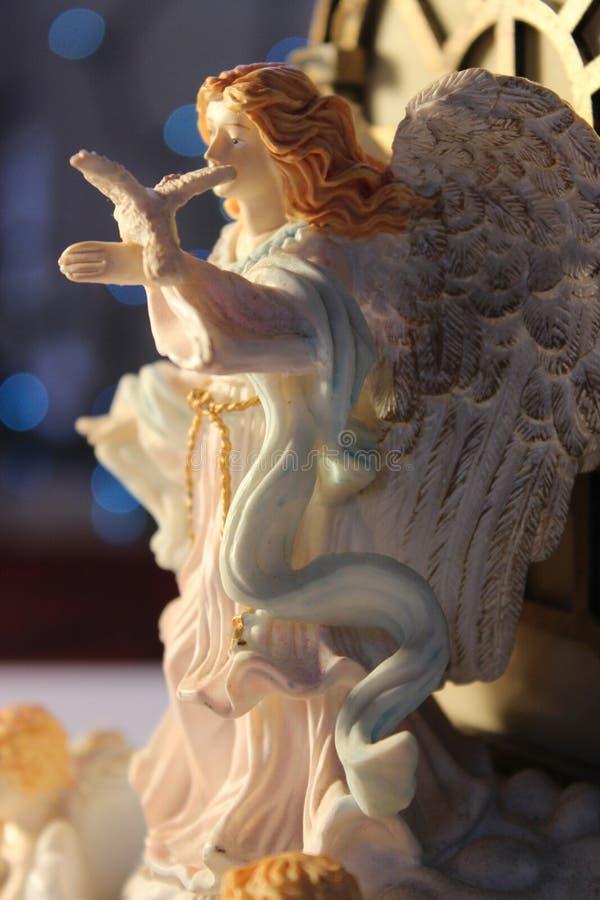 El cierre hermoso encima del ángel de la Navidad que llevaba a cabo un blanco se zambulló fotos de archivo