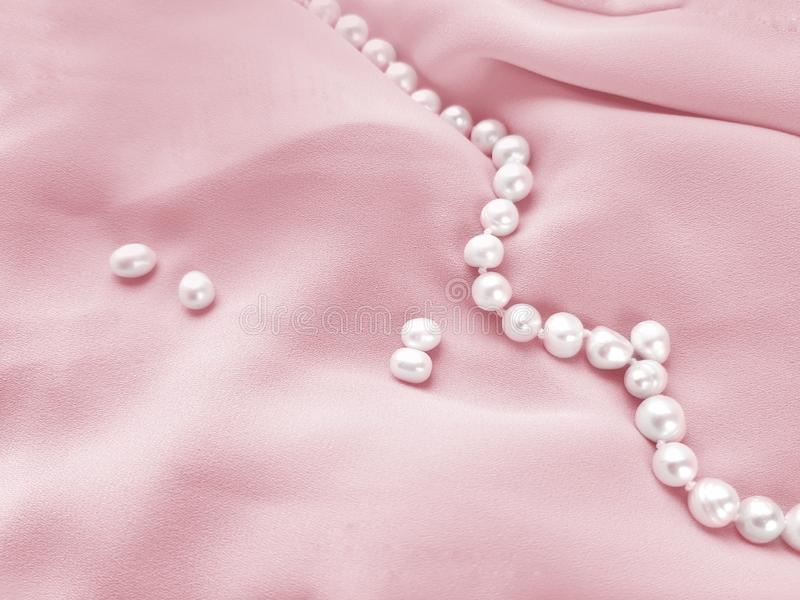 El cierre para arriba drapped la tela de seda rosada con el fondo de las gotas de la perla imágenes de archivo libres de regalías
