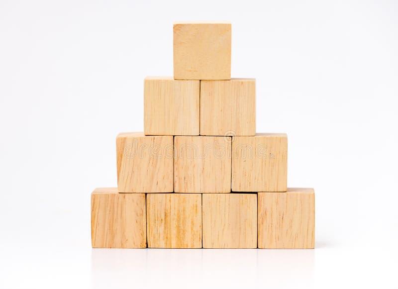 El cierre para arriba en el cubo de madera arregla en la forma de la pirámide, concpt del negocio imágenes de archivo libres de regalías
