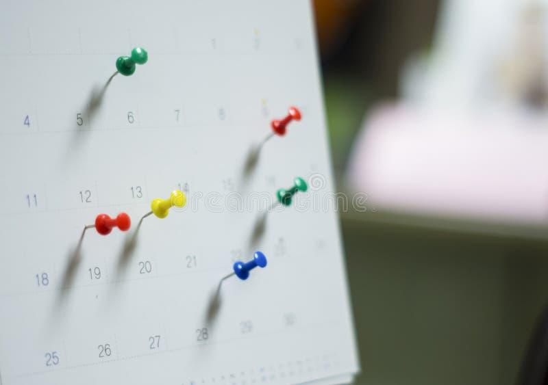 El cierre suave del foco encima del calendario con los pernos para los recordatorios y el plazo, citas importantes, organiza para imágenes de archivo libres de regalías