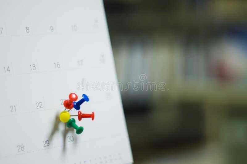El cierre suave del foco encima del calendario con los pernos para los recordatorios y el plazo, citas importantes, organiza para imagenes de archivo