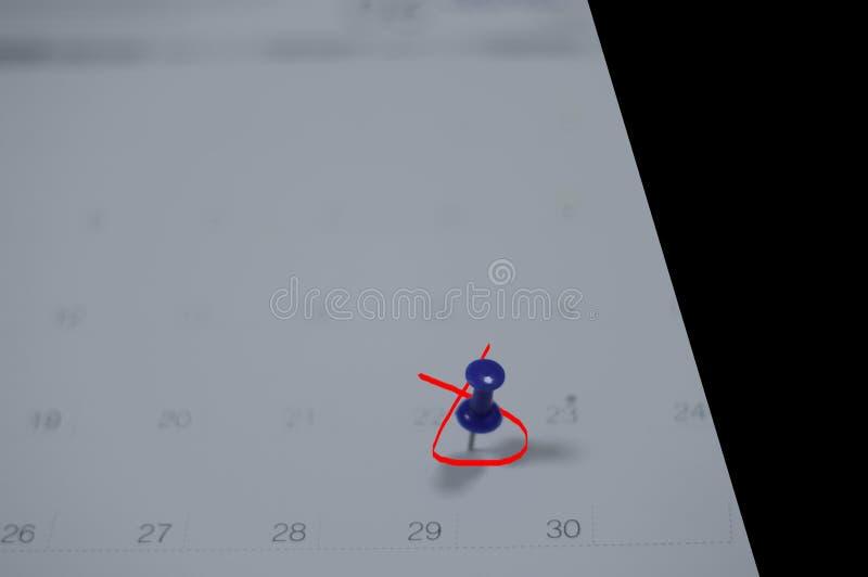El cierre suave del foco encima del calendario con los pernos para los recordatorios y el plazo, citas importantes, organiza para fotografía de archivo