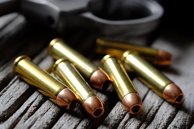 El cilindro de la arma de mano para la carga de la pistola de la munición de las balas cargó imagen de archivo