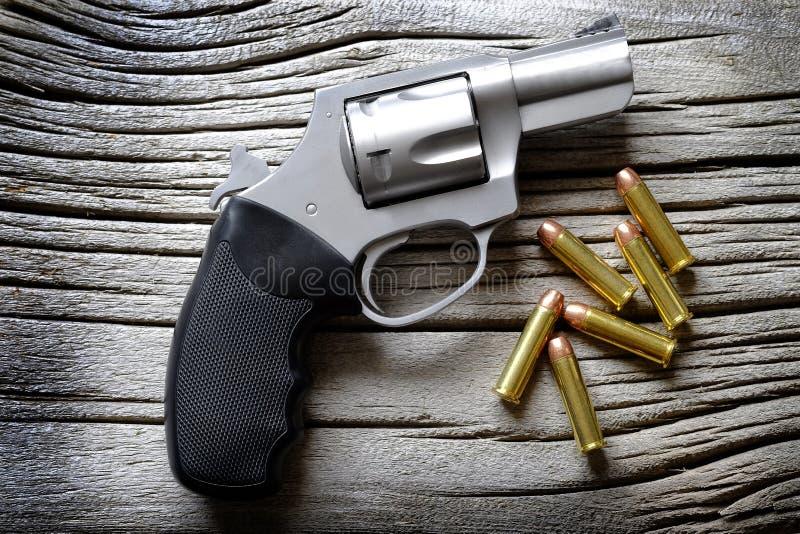 El cilindro de la arma de mano para la carga de la pistola de la munición de las balas cargó fotos de archivo