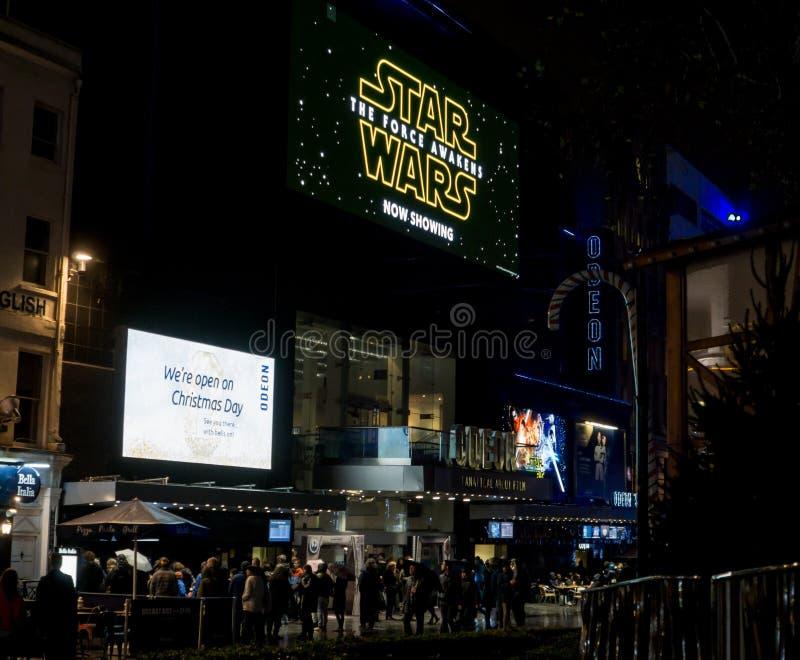 El cine de Odeon, cuadrado de Leicester en la noche con las muestras que hacen publicidad de Star Wars la fuerza despierta pelícu fotografía de archivo libre de regalías