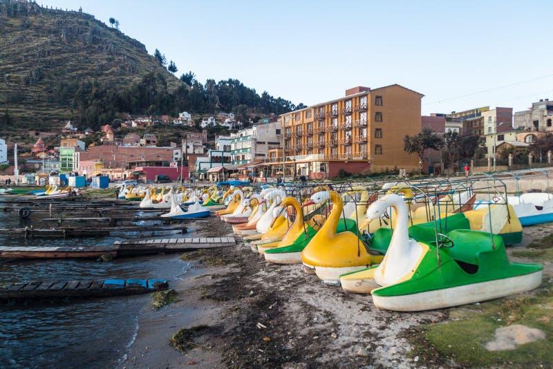 El cisne formó los barcos turísticos en un puerto de la ciudad de Copacabana en el lago Titicaca, Boliv foto de archivo