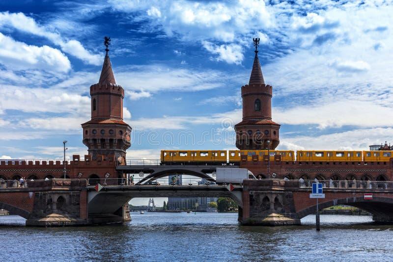 El cke del ¼ de Oberbaumbrà y la diversión del río en Berlin Treptow imagenes de archivo