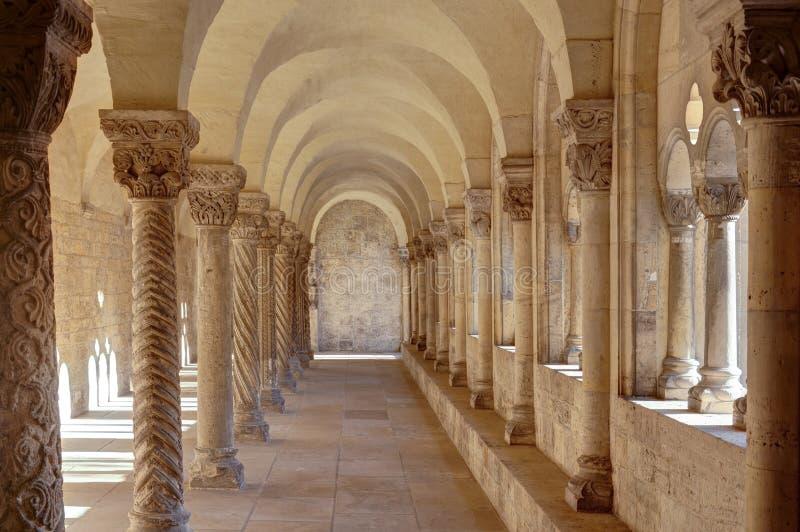 El claustro en el Kaiserdom de Königslutter es olmo en la sol brillante, Alemania enero de 2019 imagenes de archivo