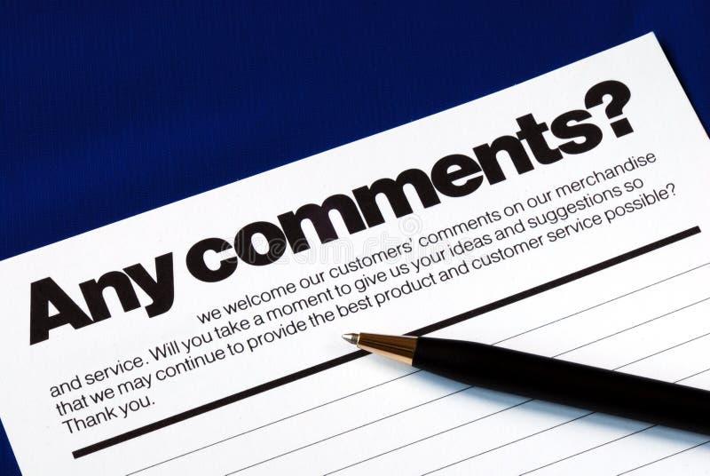 El cliente completa la encuesta sobre el feedback foto de archivo libre de regalías