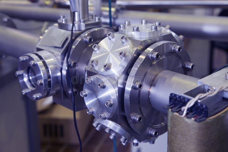 El CNC trabajó a máquina la parte del azul industrial del acelerador de ION entonado imagen de archivo
