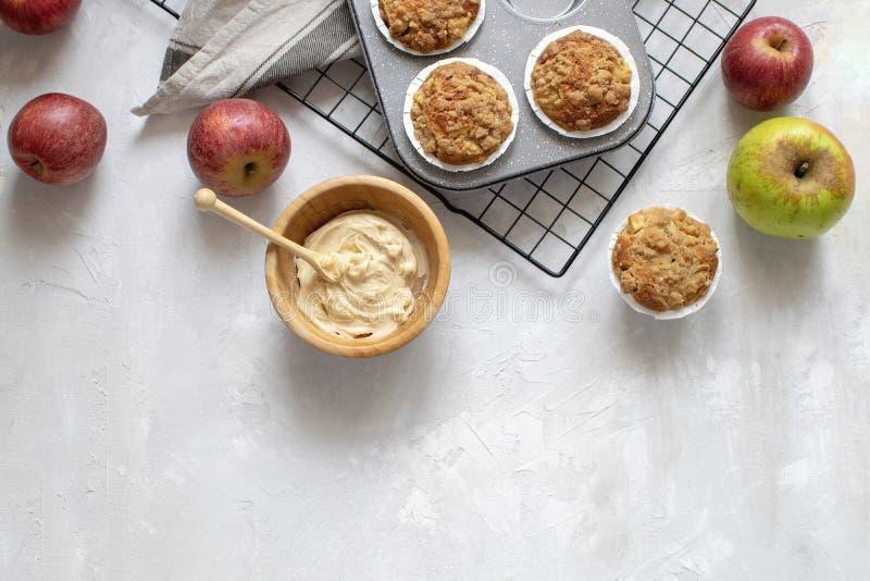 El cocer hecho en casa - endecha plana de los molletes cocidos frescos en el estante de enfriamiento, manzanas orgánicas, mantequ imagen de archivo libre de regalías