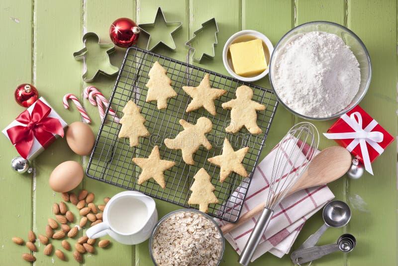 El cocer verde de las galletas de la Navidad imagen de archivo