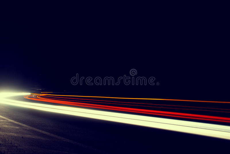 El coche abstracto se enciende en un túnel en blanco. Cuadro imagen de archivo