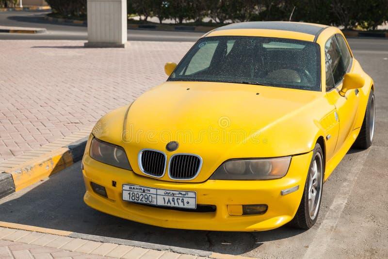 El coche amarillo de BMW Z3 M Coupe se parquea en el borde de la carretera foto de archivo