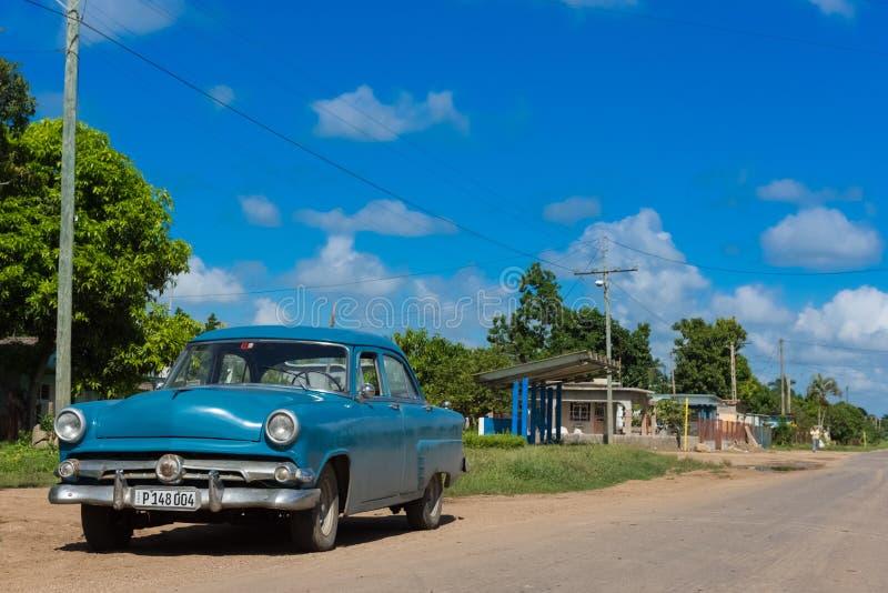 El coche americano azul del vintage parqueó en el Main Street a Santa Clara - Serie C fotos de archivo libres de regalías