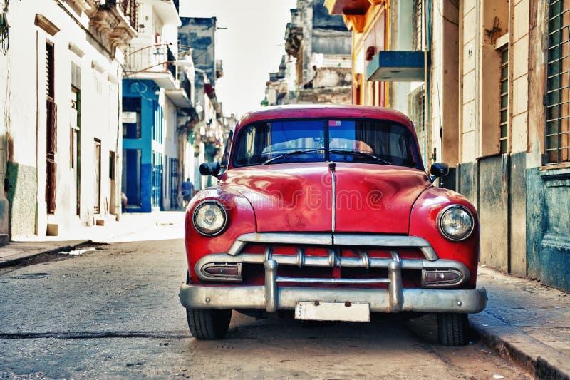 El coche americano clásico del vintage parqueó en una calle de La Habana vieja, C fotografía de archivo