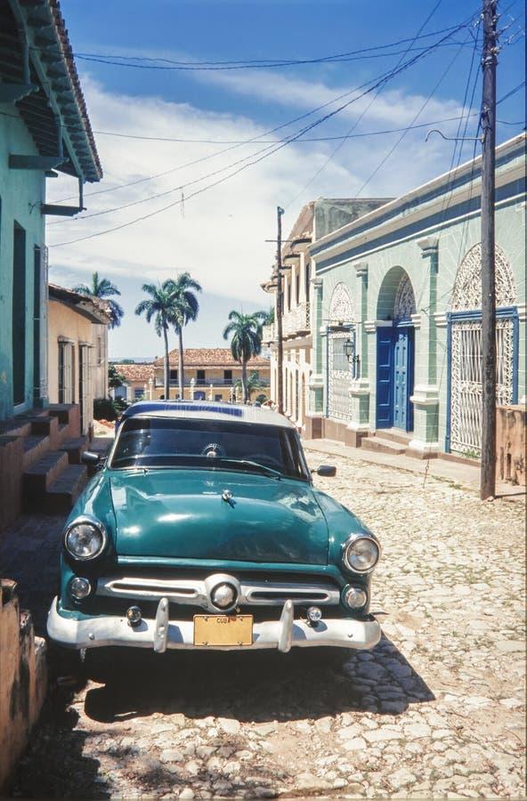 El coche americano clásico del vintage parqueó en una calle de La Habana vieja cuba imagenes de archivo