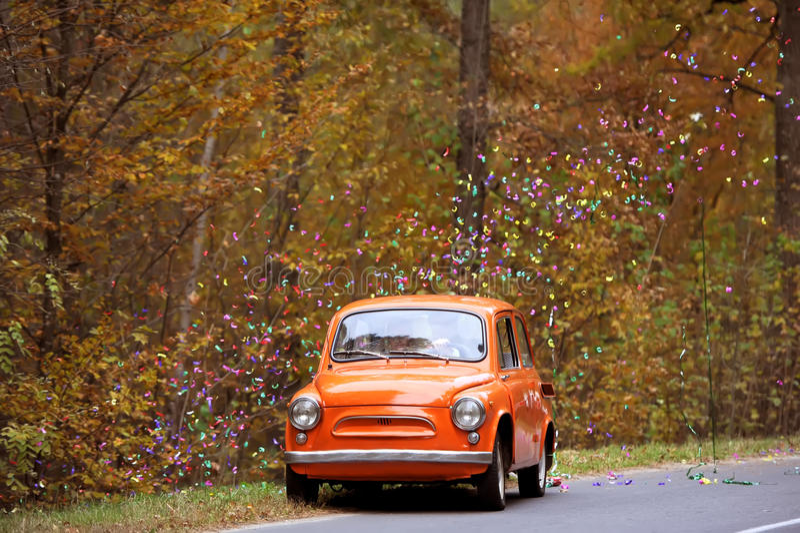 El coche antiguo en el día de boda del otoño fotografía de archivo