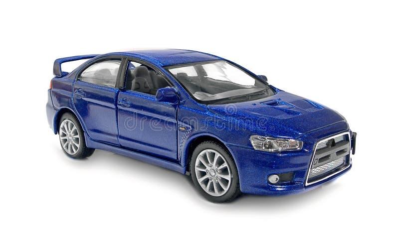 El coche azul del juguete en un fondo blanco imagenes de archivo