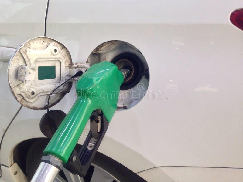 El coche blanco añade el combustible en la gasolinera para el viaje largo foto de archivo libre de regalías