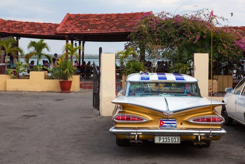 El coche clásico americano típico parqueó en Cienfuegos, Cuba foto de archivo