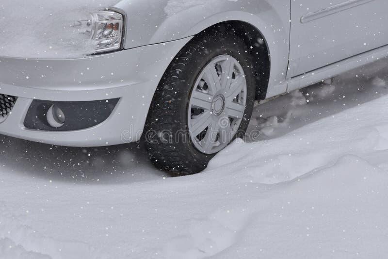 El coche con invierno cansa en el camino nevado fotos de archivo libres de regalías