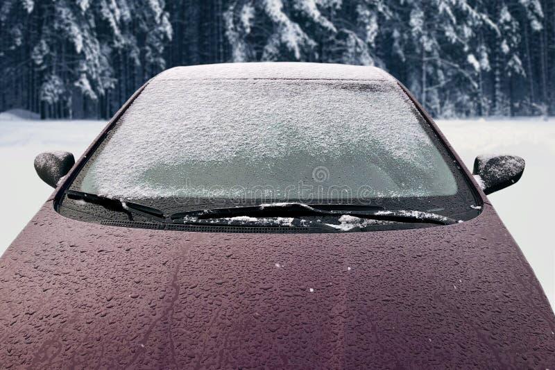 El coche congelado del invierno cubrió la nieve, parabrisas de la ventana delantera de la visión imagen de archivo libre de regalías