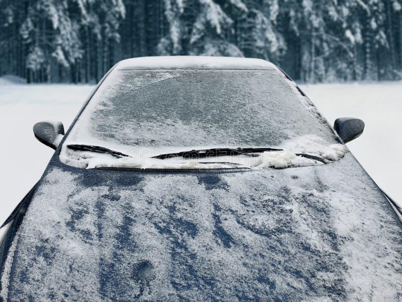El coche congelado del invierno cubrió nieve, el parabrisas de la ventana delantera de la visión y la capilla imagen de archivo libre de regalías