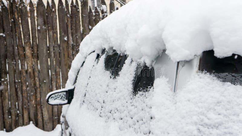El coche, cubierto con la capa gruesa de nieve Consecuencia negativa de nevadas pesadas Coches estacionados fotografía de archivo libre de regalías