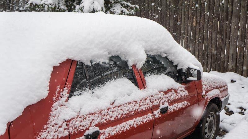El coche, cubierto con la capa gruesa de nieve Consecuencia negativa de nevadas pesadas Coches estacionados imagen de archivo