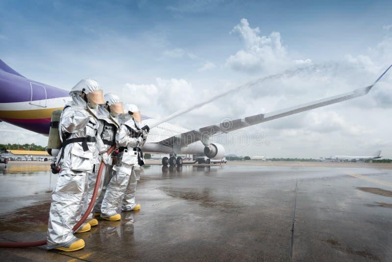 El coche de bomberos del instituto de entrenamiento de los servicios de emergencia lucha un avión ardiente fotografía de archivo