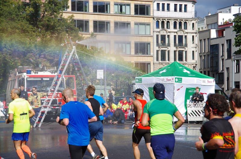 El coche de bomberos vierte el maratón del agua, Berlín 2015 fotos de archivo