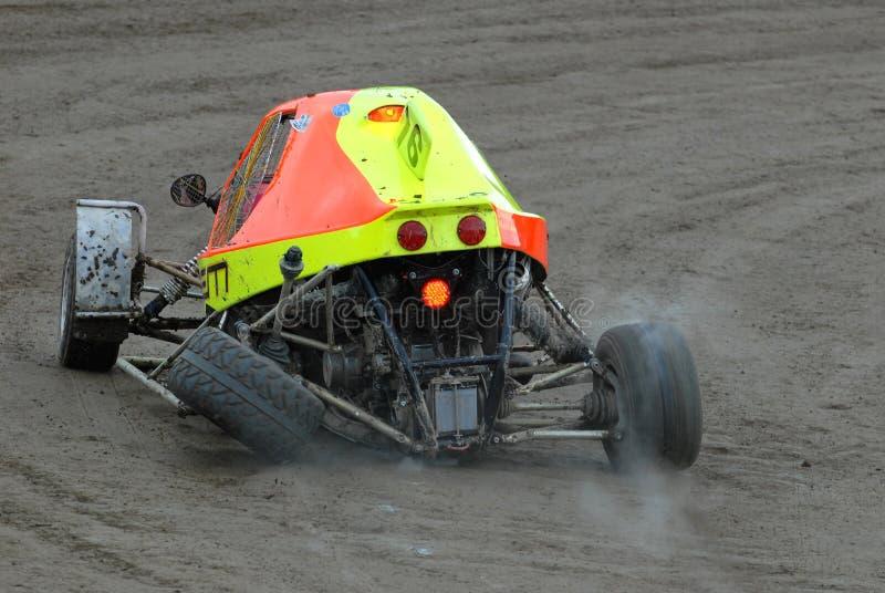 El coche de carreras se estrell? en una pista de tierra imagen de archivo libre de regalías