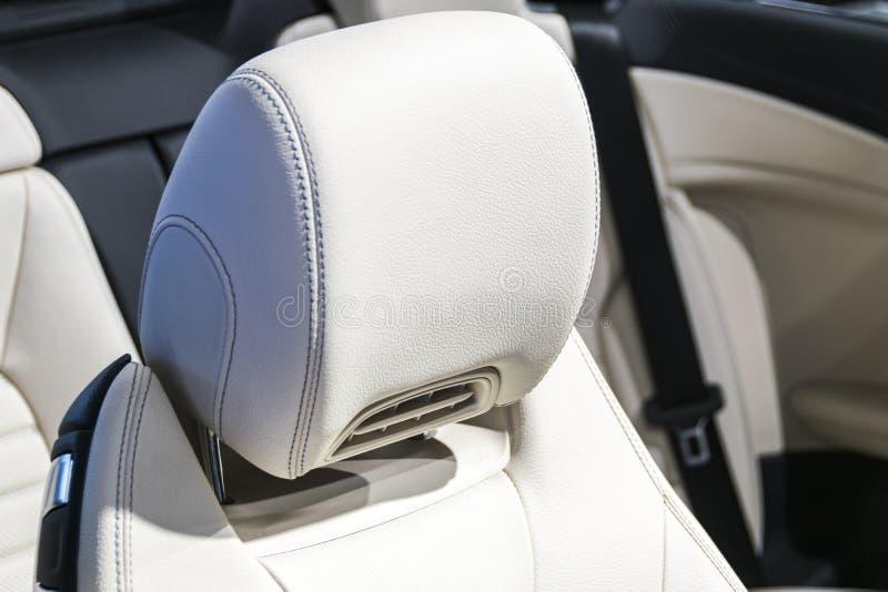 El coche de lujo moderno perforó el interior cosido del cuero blanco Parte de los detalles de cuero del asiento de carro Interior imagen de archivo