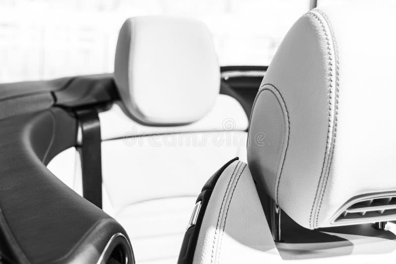 El coche de lujo moderno perforó el interior cosido del cuero blanco Parte de los detalles de cuero del asiento de carro Cuero bl foto de archivo