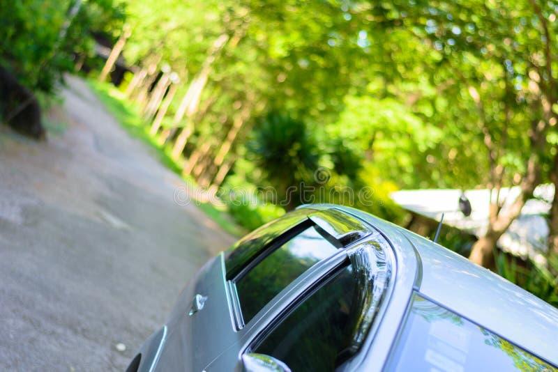 el coche de SUV tiró encima en un centro del bosque imagenes de archivo
